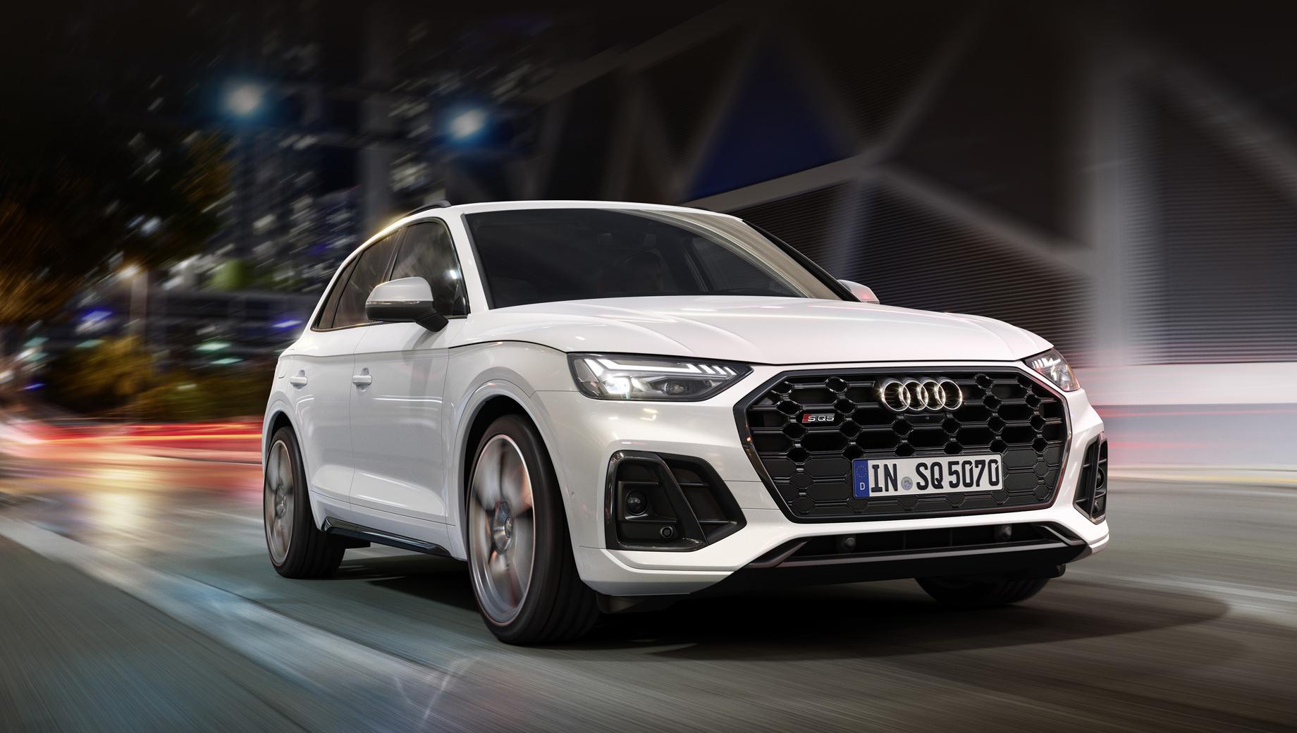 Audi sq5. Перемены в оформлении носовой части следуют за обычным «ку-пятым». К девяти окраскам кузова предложен также опциональный чёрный стайлинг-пакет.