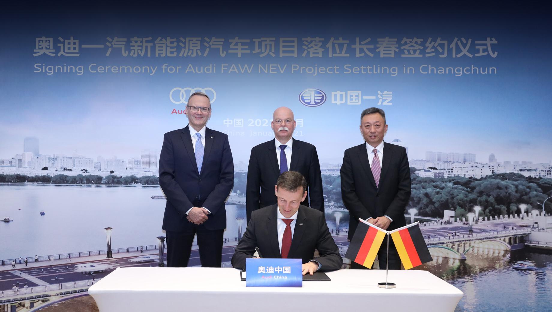Audi -faw,Faw audi-. Слева направо: гендиректор Volkswagen Group China Стефан Вёлленштайн, посол Германии в Китае Клеменс фон Гётце, исполнительный вице-президент Volkswagen Group China Лю Юньфэн. За столом — президент Audi China Вернер Айхгорн.