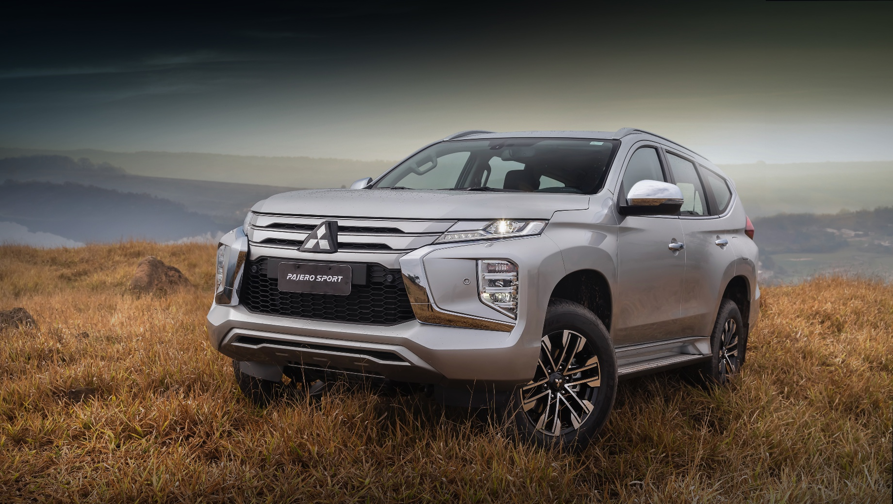 Mitsubishi pajero sport. Турбодизельный Pajero Sport ускоряется до сотни за 11,4–12,3 с в зависимости от коробки передач, а бензиновый — за 11,7 с. Максимальная скорость почти одинаковая — 180 и 182 км/ч соответственно. Чего не скажешь о расходе топлива: в смешанном цикле 2.4 DI-D потребляет 7,4–8 л/100 км, а V6 3.0 — 10,9.