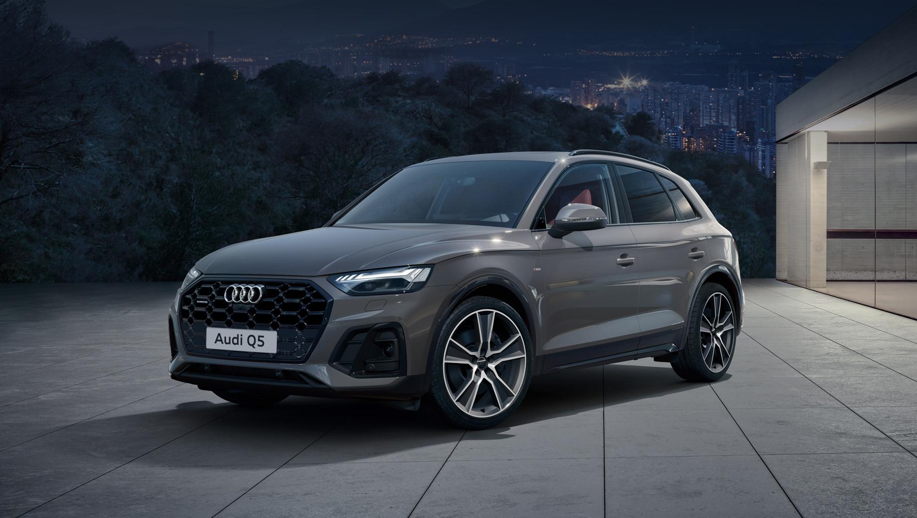 Audi q5,Audi sq5. К десяти прежним окрасам кузова добавлены новые оттенки: зелёный District Green и синий Ultra Blue, а опционально доступен стайлинг-пакет Titanium Black с чёрным декором.