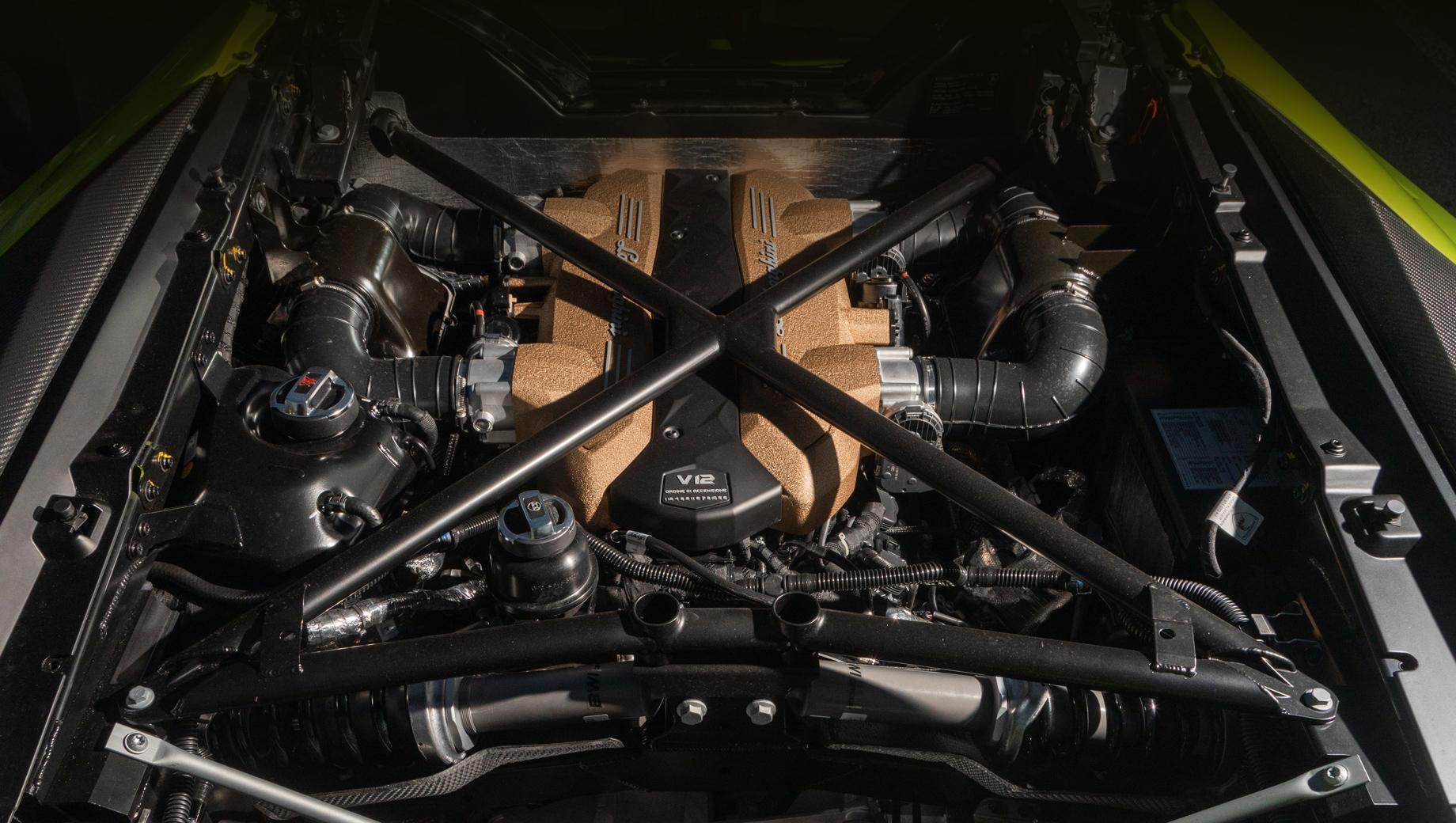 Lamborghini aventador. В конце прошлого года компания подчеркнула, что будет держаться ДВС настолько долго, насколько это возможно. Ну и мотор V12 ещё поживёт. Нормы по выхлопу компания постарается выполнить за счёт гибридизации.