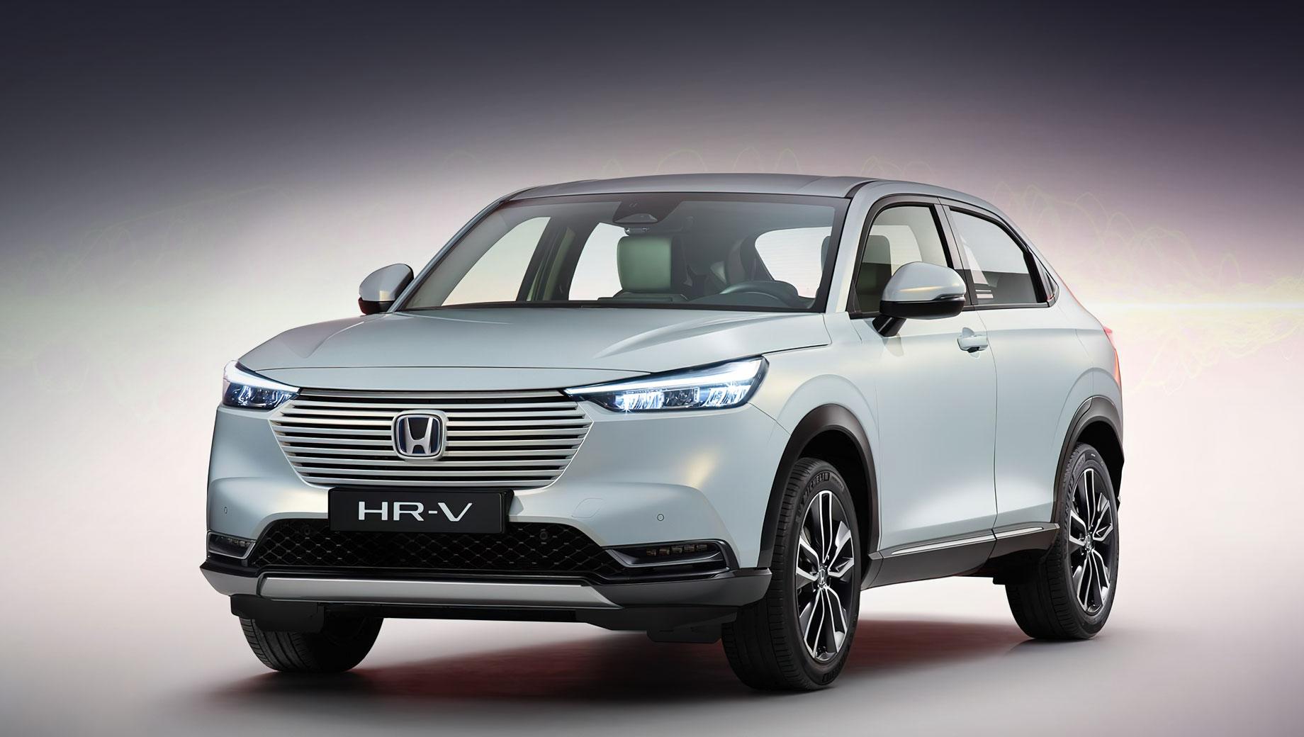 Honda hr-v,Honda vezel. Поскольку Honda прекратила автопроизводство в Европе, HR-V будет поставляться с японского завода в Йории. То есть субкомпакты для разных рынков — одинаковы внешне и «под кожей». Размеры HR-V не названы, но выручает близнец Vezel: 4330×1790×1590 мм, колёсная база — 2610, клиренс — 195 мм.