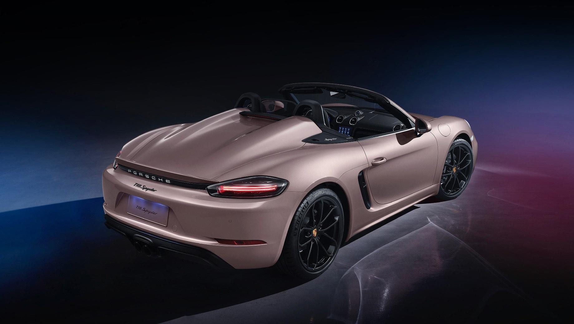 Porsche 718 spyder,Porsche 718 boxster. Porsche 718 Spyder для Китая бывает только с семиступенчатым PDK, хотя на прочих рынках есть ещё и «механика» с шестью передачами. Новинка уже поступила в продажу по цене от 738 000 юаней (8,5 млн рублей). Базовый Boxster стоит 565 000 юаней (6,5 млн), а Boxster S — 797 000 (9,2 млн).