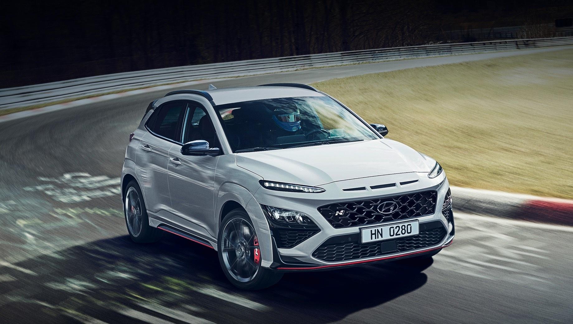 Hyundai kona n. Снаружи бросаются в глаза более агрессивные бамперы и рельефные накладки на порогах с красным декором, крупноячеистая решётка радиатора с шильдиком N и 19-дюймовые кованые колёса. Длина пятидверки не превышает 4215 мм, колёсная база — 2600, а снаряжённая масса — 1510 кг.