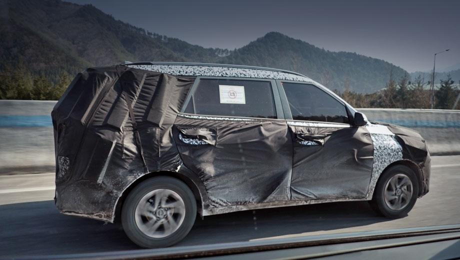 Kia ky mpv. Прототип был сфотографирован в середине апреля на шоссе в Южной Корее, несмотря на знак в окне, запрещающий съёмку. Местные папарацци, как ни странно, приняли новичка за Hyundai Kona N, хотя тот выглядит как «растянутый» субкомпакт Hyundai Venue.