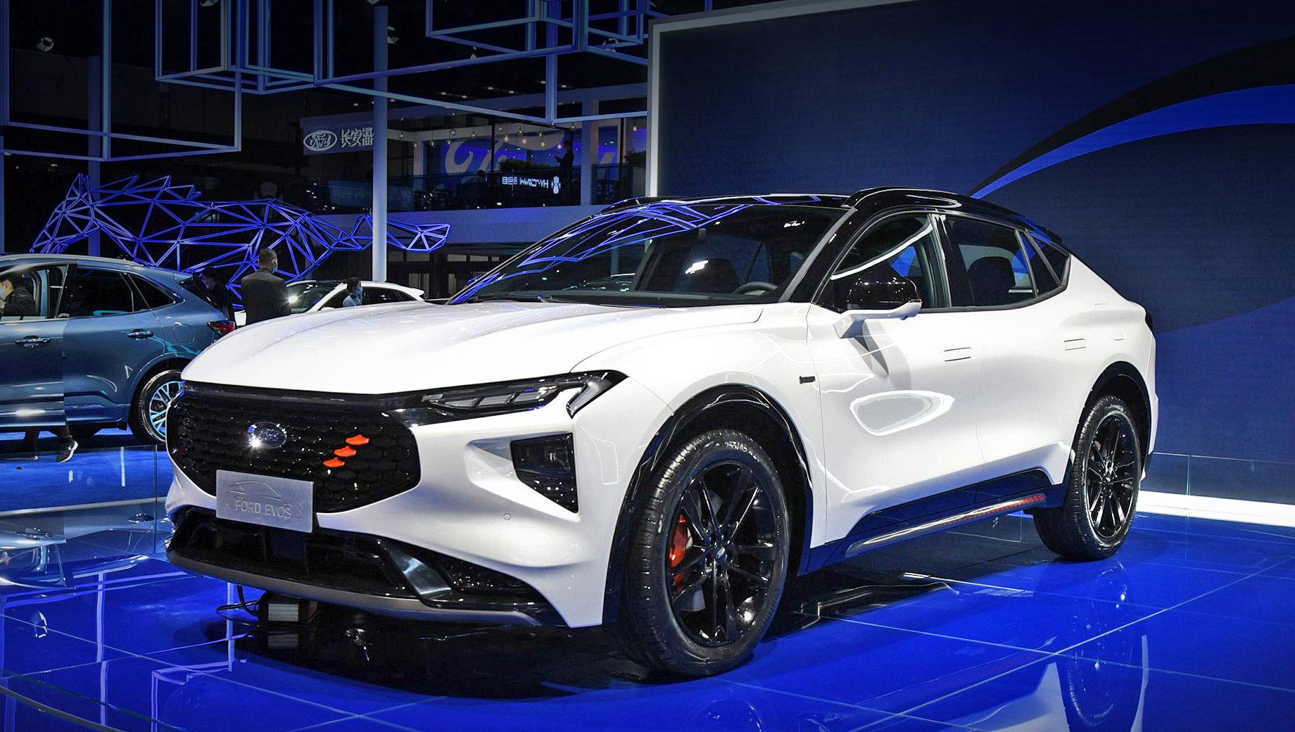 Ford evos. Предсерийный прототип Ивоса (на фото) дебютировал в середине апреля на Шанхайском автошоу как подключаемый гибрид PHEV с запасом хода в 1000 км и средним расходом топлива 1,2 л/100 км. Заметим, что имя Evos фордовцы впервые использовали в 2011 году для причудливого концепта.