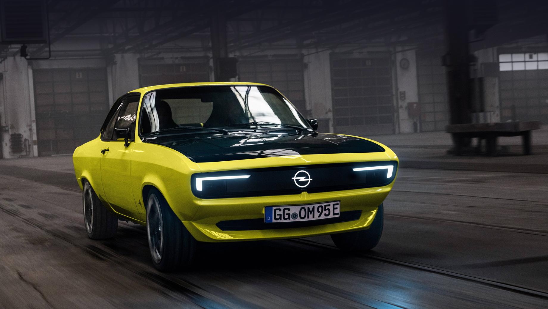Opel manta,Opel manta gse elektromod. В перекроенной двухдверке не сразу узнаешь основу почти полувековой давности. Нос получил оформление Opel Vizor в стиле современных Опелей (к слову, вдохновлённых как раз Мантой А), а между фарами протянулся дисплей Pixel-Vizor.