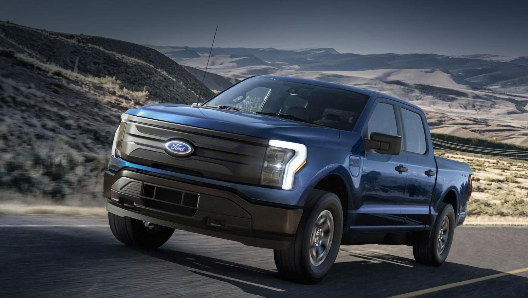Ford f-150,Ford f-150 ev,Ford f-150 lightning. «Дешёвая» вариация лишена светодиодных полос во всю ширину, поставляется с неокрашенными решёткой, бамперами и дверными ручками, ездит на меньших легкосплавных колёсах. Багажник под капотом, водонепроницаемый и освещённый, отпирается с брелока, внешней кнопки либо из салона.