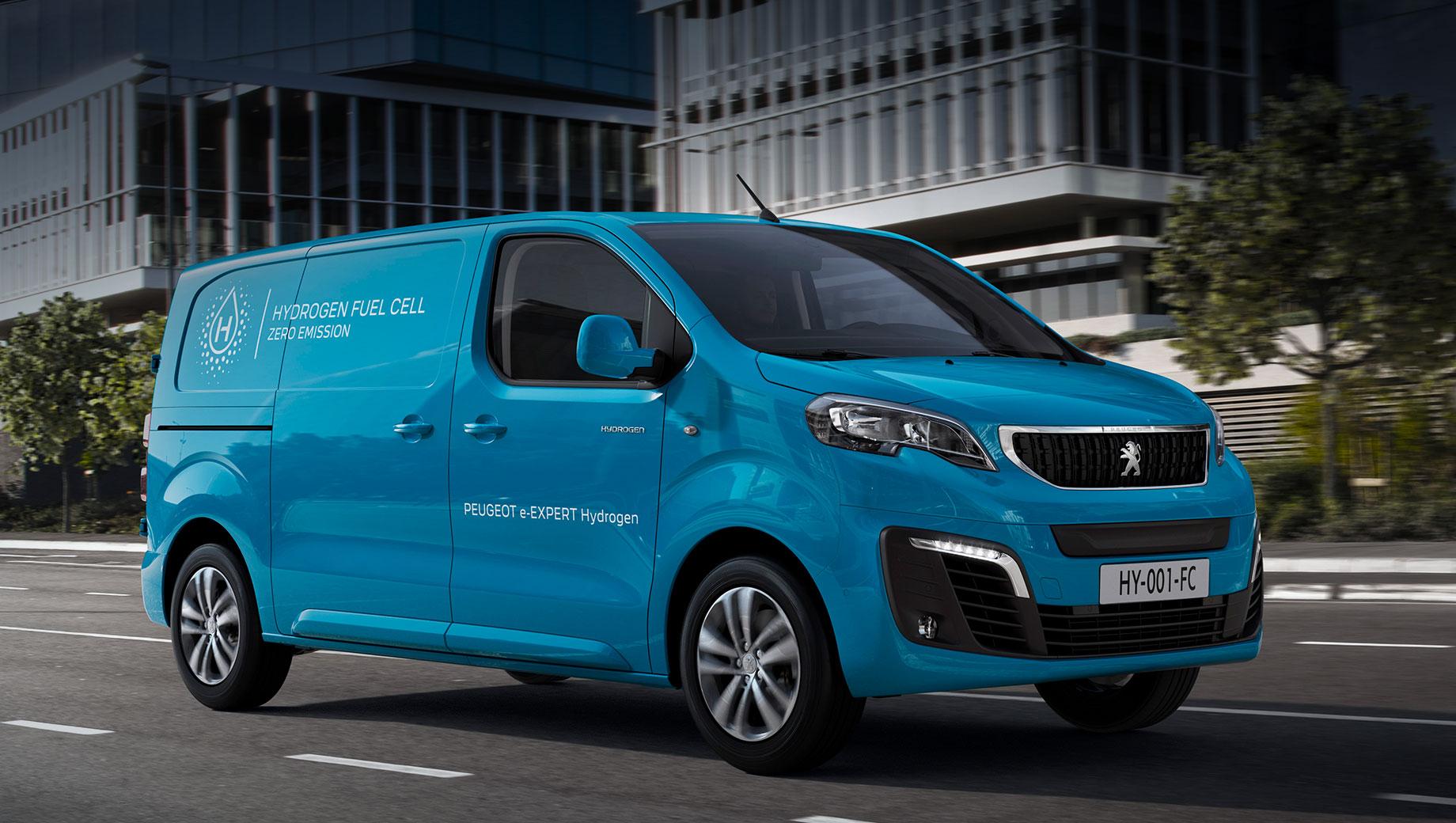 Peugeot e-expert,Peugeot expert,Peugeot e-expert hydrogen. Французы ничего не сообщают об электромоторе, но близнец Opel Vivaro-e Hydrogen уже всё рассказал. Мощность двигателя, питающегося от батареи ёмкостью 10,5 кВт•ч, составляет 100 кВт (136 л.с., 260 Н•м), а топливных элементов под капотом — 45 кВт (61 л.с.).