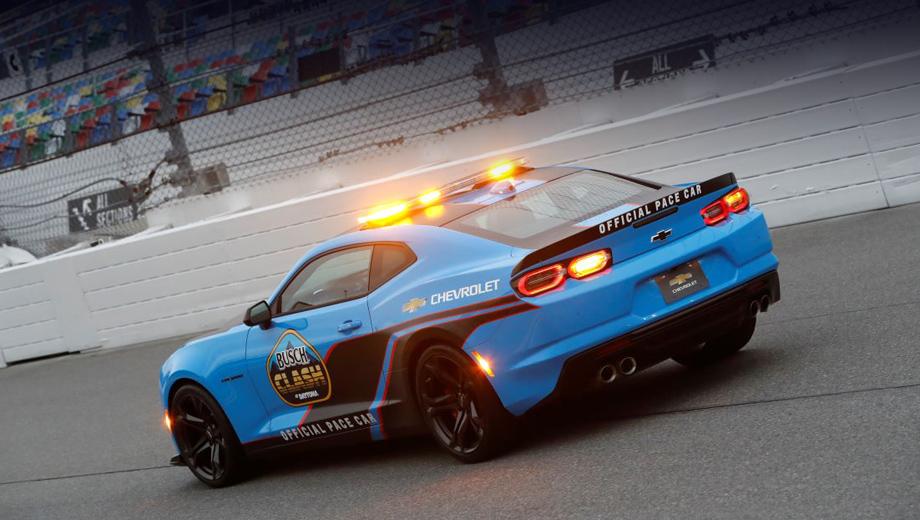 Chevrolet camaro,Chevrolet corvette. Один из двух новых для Camaro цветов кузова, Rapid Blue, был показан в феврале на машине безопасности чемпионата NASCAR. Теперь оттенок будет серийным. Он заменит в палитре желтовато-зелёный Shock.