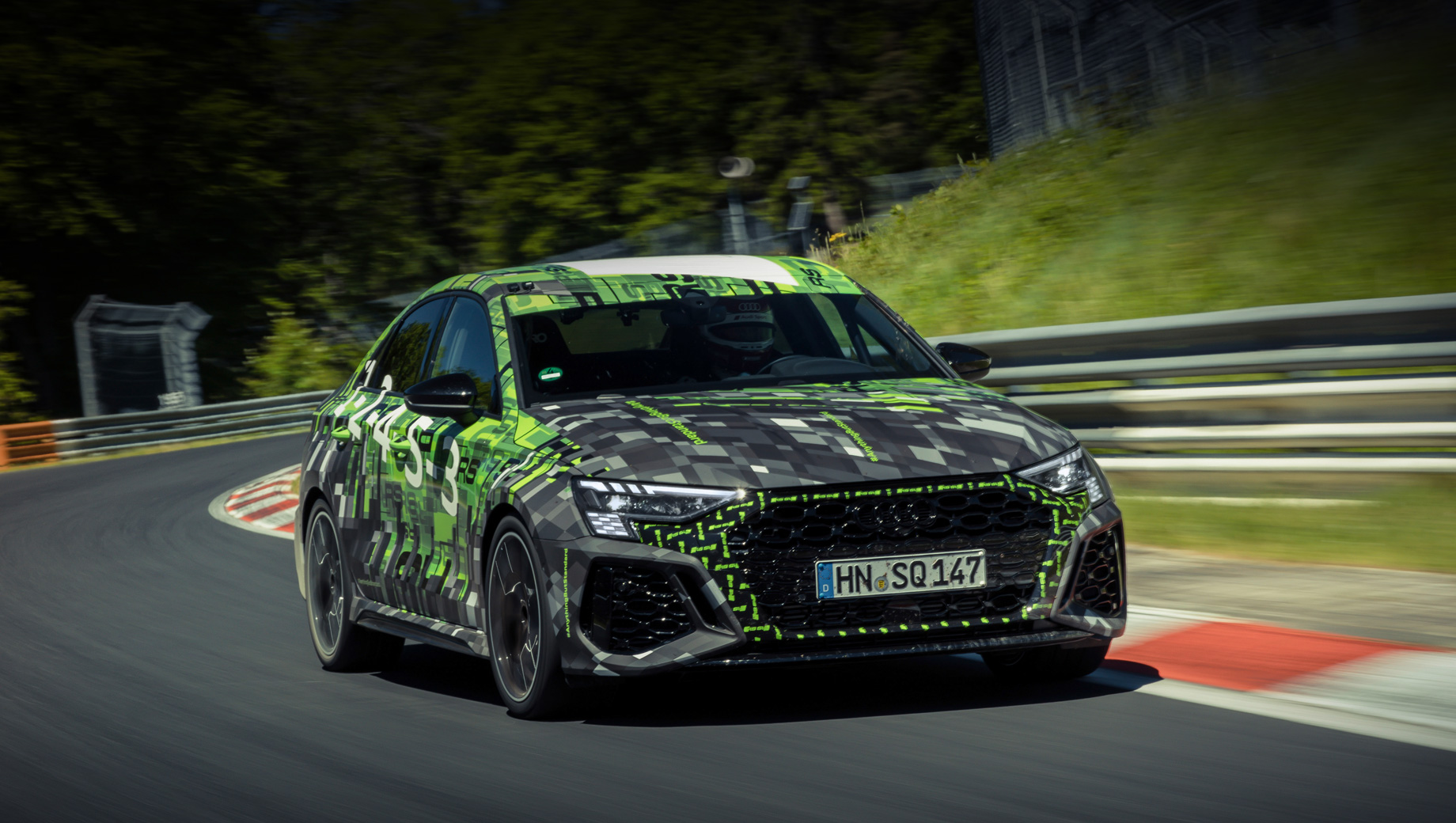 Audi rs3. Под капотом «эрэски» трудится бензиновая турбопятёрка 2.5 TFSI (400 л.с., 500 Н•м) с семиступенчатым «роботом» при двух сцеплениях. Агрегат обеспечивает разгон до сотни за 3,8 с и максималку в 290 км/ч.