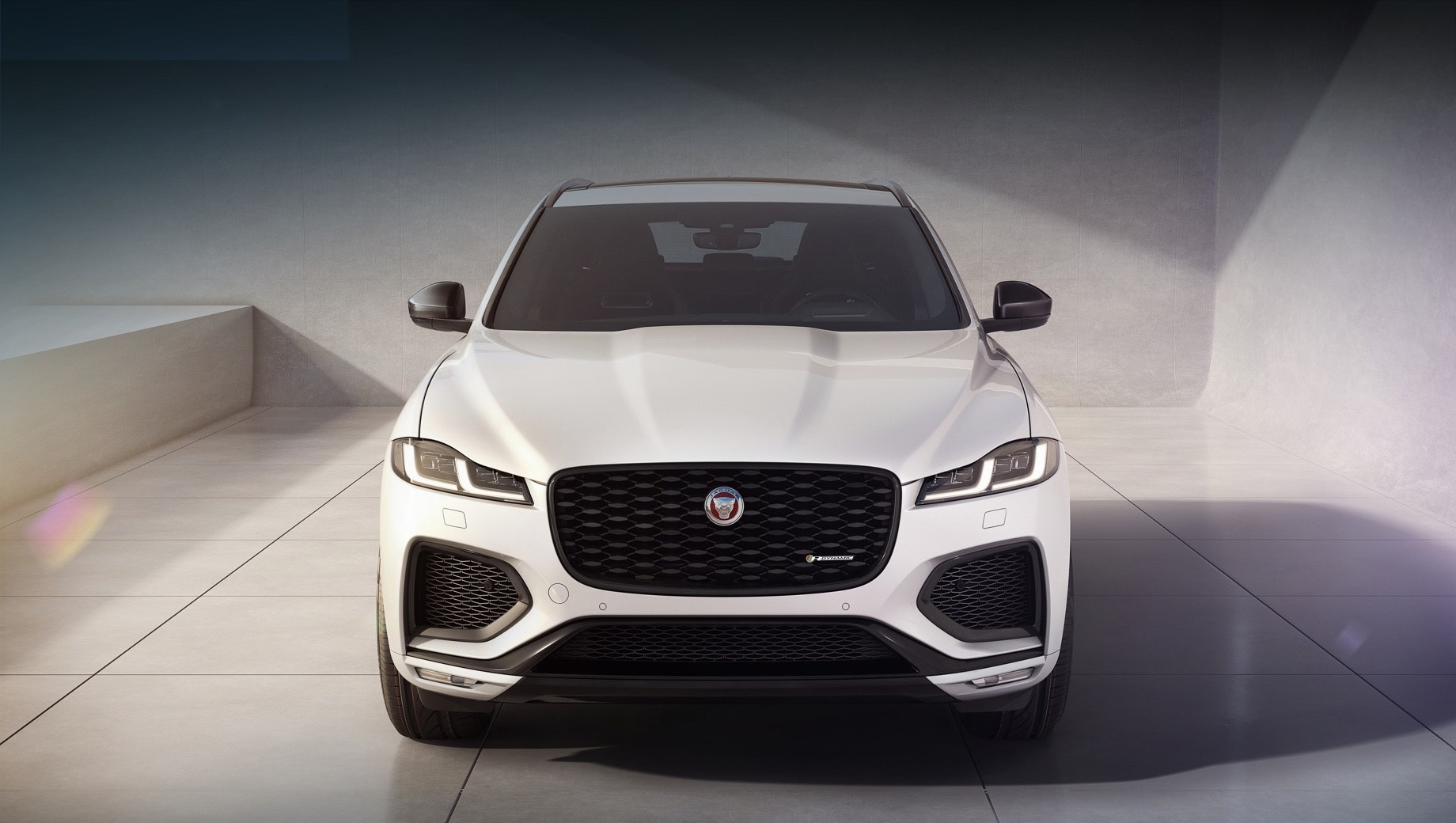 Jaguar f-pace. Глянцево-чёрными сделаны элементы в решётке и бамперах, корпуса наружных зеркал, окантовка воздухозаборников и стёкол, рейлинги, шильдики и 20-дюймовые диски Style 1067.