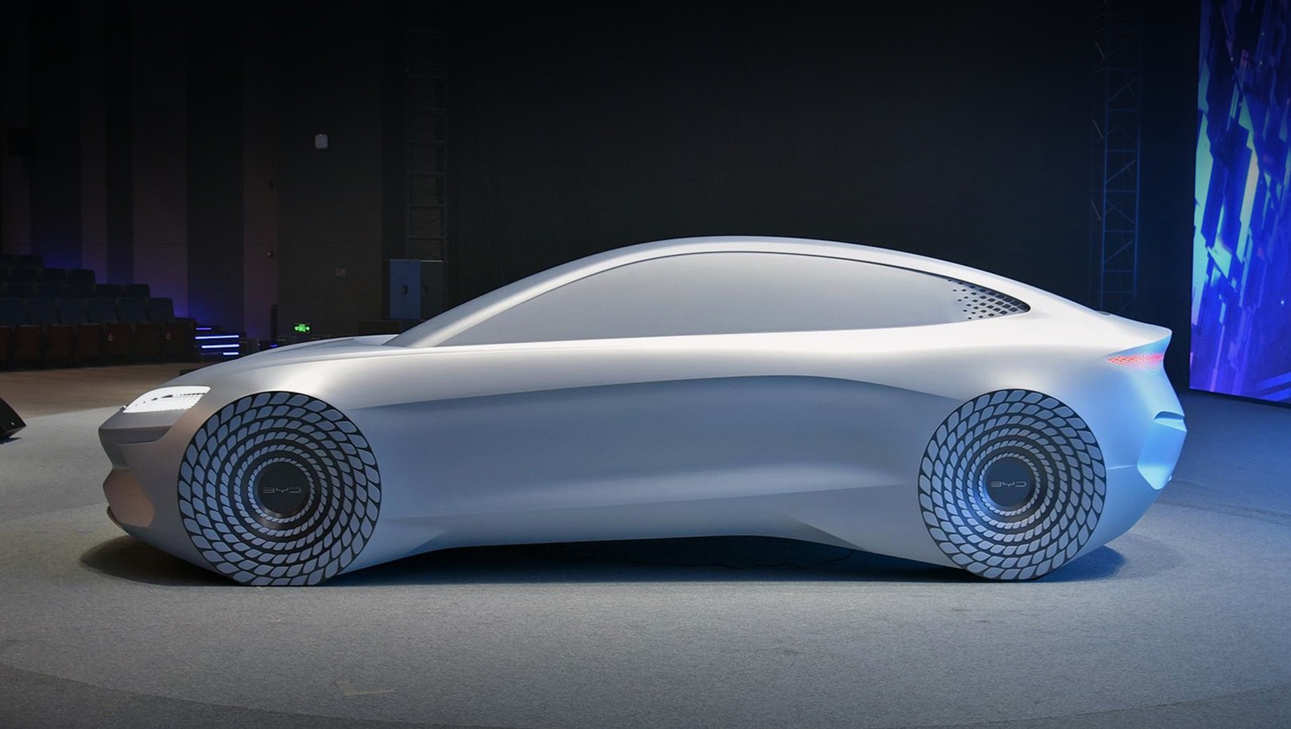 Byd concept,Byd ocean x. Функцию шоу-кара на этот раз выполнил неподвижный макет с действующей светотехникой. По одной лишь форме кузова понятно, что Ocean-X нацелен на борьбу с седаном Tesla Model 3.